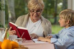 Verbringen von Zeit am Haus der Großmutter Lizenzfreies Stockbild