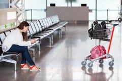 Verbringen von Zeit im Flughafenaufenthaltsraum Lizenzfreies Stockbild