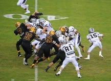 Verbum Dei för defeat för Ojai Nordhoff kommandosoldatfotbollslag örnar 21-0 på November 19, 2010, Ojai, CA, USA Fotografering för Bildbyråer