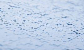 Verbundene blaue Puzzlespielstücke lokalisiert Stockfotos