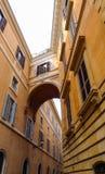 Verbundene Brücke zwischen Gebäude zwei in Rom Lizenzfreie Stockbilder