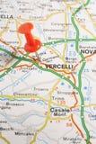Vercelli ha appuntato su una mappa dell'Italia Fotografia Stock