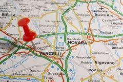 Vercelli ha appuntato su una mappa dell'Italia Fotografia Stock Libera da Diritti