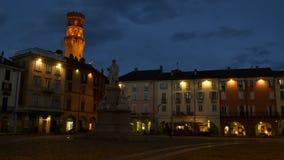 VERCELLI, ITALIA - FEBBRAIO 2017: Il quadrato centrale di Cavour Cavour della piazza con la torre del ` s di Angelo Angel del ` d stock footage