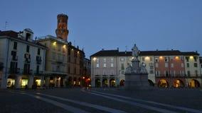 VERCELLI, ITALIA - FEBBRAIO 2017: Il quadrato centrale di Cavour Cavour della piazza con la torre del ` s di Angelo Angel del ` d archivi video