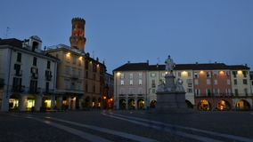 VERCELLI ITALIEN - FEBRUARI 2017: Den centrala piazzaCavour Cavour fyrkanten med för Angelo Angel för Torre dell` tornet ` s i