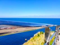 Verchroomd traliewerk met blauwe hemel en overzeese achtergrond stock foto's