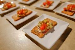 Verdünnen Sie flachen Crouton mit Soße und Salat von oben stockfoto