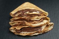 Verdünnen Sie Krepps oder Blinis mit Schokoladencreme an Lizenzfreies Stockbild