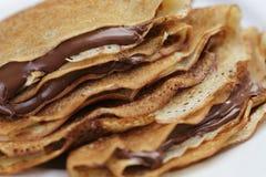 Verdünnen Sie Krepps oder Blinis mit Schokoladencreme Lizenzfreies Stockfoto
