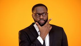 Verdachte Afrikaans-Amerikaanse zakenman die in glazen opties, dilemma overwegen stock afbeelding