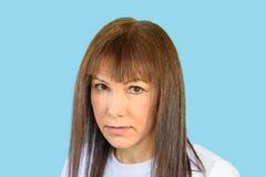 Verdachte vrouw, sceptische uitdrukking stock fotografie