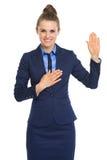Verdad feliz del juramento de la mujer de negocios imagenes de archivo