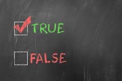 Verdad o falso en la pizarra Imagen de archivo libre de regalías