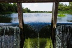 Verdammung auf dem Fluss lizenzfreie stockfotografie
