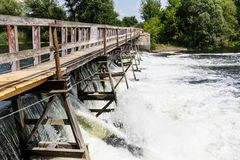 Verdammung auf dem Fluss stockbilder