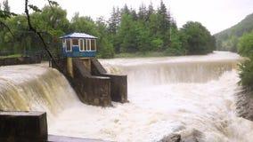 Verdammung auf dem Fluss in der Schlucht und im überraschenden Wasserfall des Gebirgsflusses am Regen Martvili-Schlucht in Georgi stock video footage