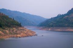 Verdammung auf einem Fluss in den Bergen Stockfotos