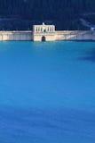 Verdammung mit blauem hellem Wasser Stockfotos