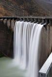 Verdammung mit einem Wasserfall Lizenzfreie Stockbilder