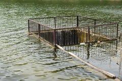 Verdammung mit einem Zaun zum Abwasser auf dem See Stockbilder
