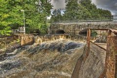 Verdammung und alte Steinbrücke des Wasserkraftwerks in HDR Stockfotos