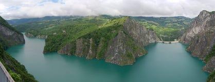 Verdammung und See in den Alpenbergen stockfotografie
