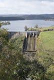Verdammungs-Abflusskanal, Myponga-Reservoir, Süd-Australien - Porträt Orie Lizenzfreies Stockfoto