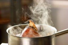 Verdampfung vom Wasser mit Schweinefleisch knuclke stockfoto