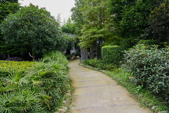 Verdant footpath to farmhouse Royalty Free Stock Photography