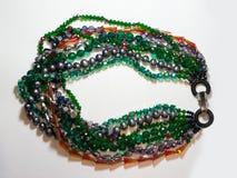 Verde étnico plástico de cristal del metal del collar Foto de archivo