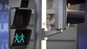 Verde alla luce rossa di traffico LED per i pedoni che simbolizzano una coppia gay in una via di Madrid stock footage