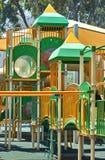 Verde amarelo do campo de jogos, tiro em um dia ensolarado brilhante foto de stock royalty free