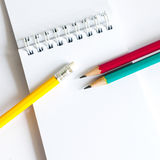 Verde amarelo vermelho dos lápis, três lápis no fundo branco, lápis, profundidade rasa Fotos de Stock