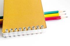 Verde amarelo vermelho dos lápis, três lápis no fundo branco, lápis, profundidade rasa Fotos de Stock Royalty Free