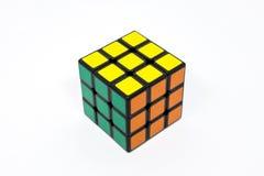 Verde amarillo anaranjado acertado del cubo de Rubik Fotografía de archivo libre de regalías
