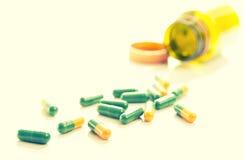 Verde amarillo de las píldoras de las cápsulas de las tablillas Fotos de archivo