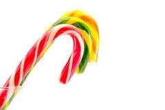 Verde amarillo rojo de los bastones de caramelo de la Navidad aislado en blanco Fotografía de archivo