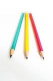 Verde amarillo rojo de los lápices, tres lápices en el fondo blanco, lápices, profundidad baja Foto de archivo libre de regalías