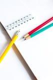 Verde amarillo rojo de los lápices, tres lápices en el fondo blanco, lápices, profundidad baja imagenes de archivo
