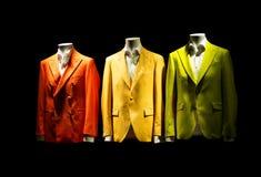 verde anaranjado del yello de las chaquetas del traje de 3 hombres coloridos en la exhibición imagen de archivo