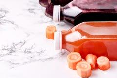 Verde Apple Juice Detox Juice saudável da laranja das cenouras das beterrabas no espaço da cópia do alimento da dieta saudável da foto de stock