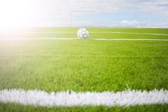 Verde artificial del campo de fútbol del césped en fondo del cielo Imagenes de archivo