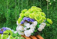 Verde artificiale di plastica del fiore di Rosa, bianco, porpora per bello fondo Fotografia Stock