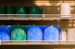 Verde azul rojo coloreado del estante de las velas con la tienda del fuego apilada imagen de archivo libre de regalías