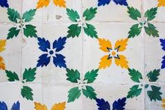 Verde, azul y amarillo hoja-modeló las tejas en un edificio en el Lis Imágenes de archivo libres de regalías