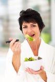 Verde comer da mulher fotografia de stock