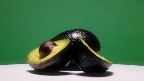 Verde cortado do abacate podridão madura filme