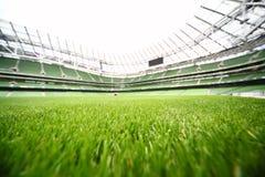 Verde-corte la hierba en estadio grande Fotografía de archivo libre de regalías