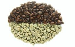 Verde (cru) e feijões de café Roasted Imagens de Stock